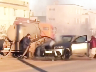 Sewer cleaning truck extinguish a BMW who got on fire